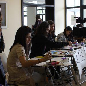 Ученици рисуват под звуците на музиката