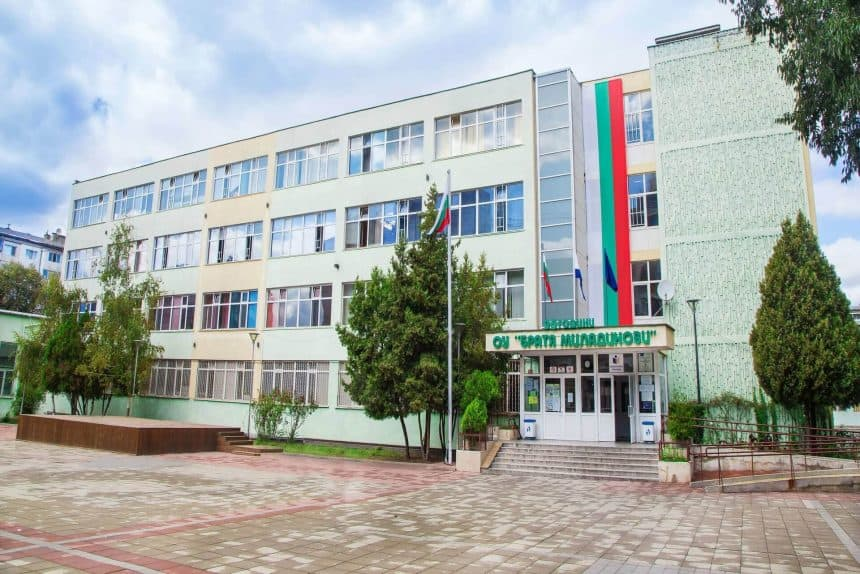 Със заповед на кмета на Община Бургас 01.03. – четвъртък е обявен за неучебен ден. Предвид усложнената метеорологична обстановка, следете информацията в сайта.